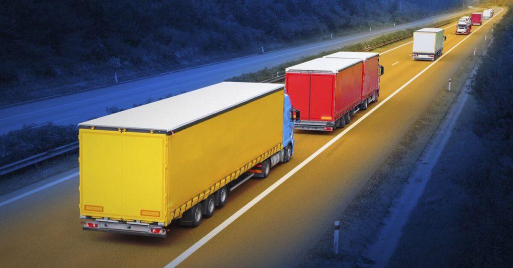Droga zporuszająca się kolumną samochodów ciężarowych