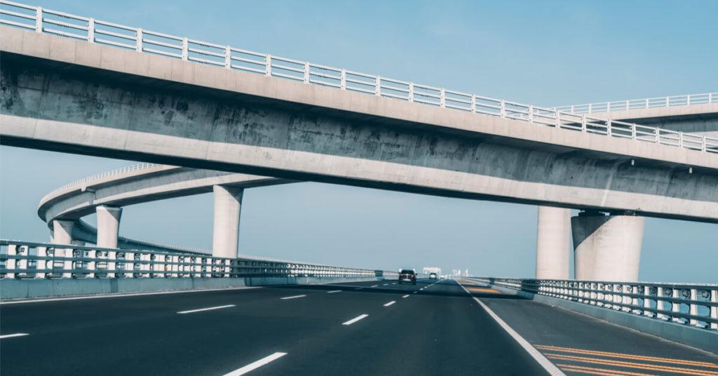 droga trzypasmowa nadktórą przebiega wiadukt