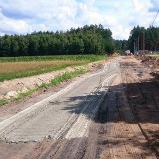 rozsiewanie cementu wprocesie stabilizacji gruntu