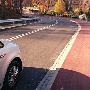 wybudowana droga onawierzchni zmieszanek asfaltowych orazsamochód zlogo nascon