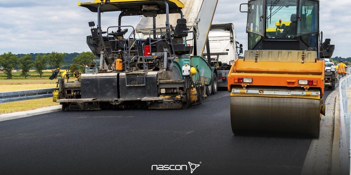 Prace na budowie, czyli jak wykonuje się drogi asfaltowe. Rozściełacz do asfaltu i walec w czasie układania warstwy asfaltowej.