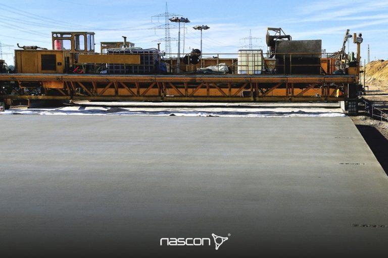 Drogi betonowe - budowa nawierzchni betonowej. Nadrugim planie widoczny rozściełacz dobetonu