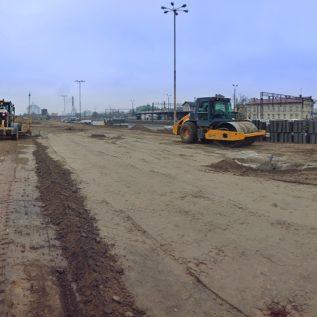 front prac podczas budowy parkingu