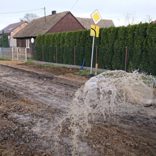 przelewanie podłoża gruntowego przeddozowaniem dodatków wprocesie stabilizacji hydrofobowej gruntu