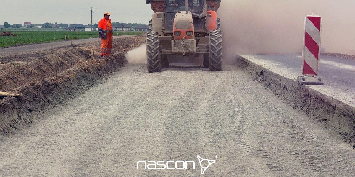 rozsiewanie dodatków w procesie stabilizacji chemicznej gruntu